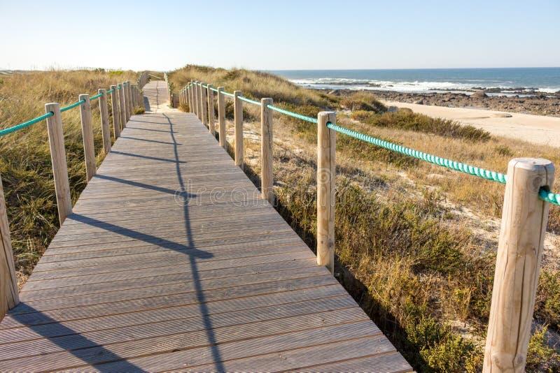 Chemin en bois avec la barri?re ? la plage Passage couvert sur le bord de la mer pendant le matin C?te de l'Oc?an Atlantique au P photos stock