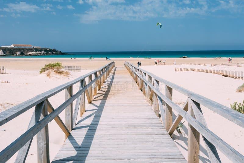Chemin en bois la plage à Tarifa, Andalousie, Espagne photographie stock