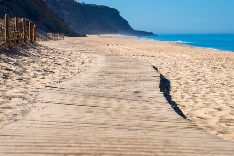 Chemin en bois sur le sable vers la mer Vacances et repos sur un concept de plage photos stock