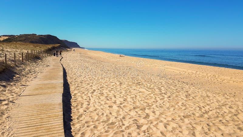 Chemin en bois sur le sable vers la mer Vacances et repos sur un concept de plage images libres de droits