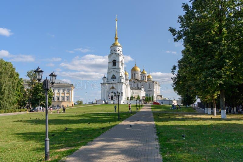 Chemin en parc menant à la cathédrale d'hypothèse Vladimir Russia photographie stock libre de droits