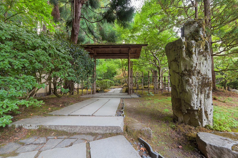 Chemin en pierre dans le jardin japonais photos stock