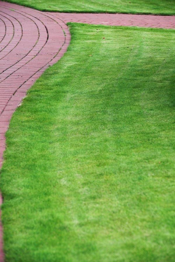 chemin en pierre de jardin avec l 39 herbe trottoir de brique photo stock image du arri re. Black Bedroom Furniture Sets. Home Design Ideas