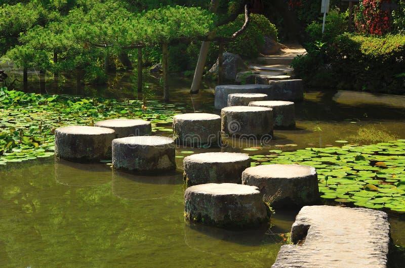 Chemin en pierre de jardin japonais, Kyoto Japon image stock