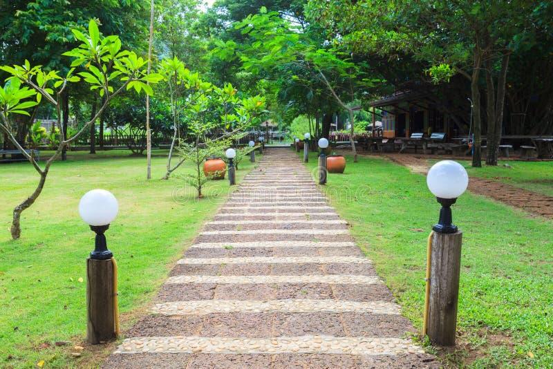 Chemin en pierre en parc extérieur photo libre de droits