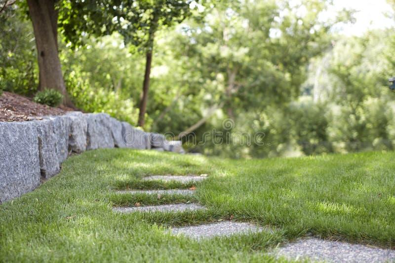 Chemin en pierre le long de Rockwall photos stock