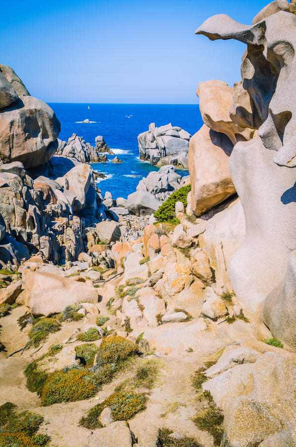 Chemin entre les formations de roche bizarres de granit dans le Testa de capo, Sardaigne, Italie image stock