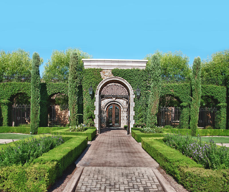 chemin et art topiaire en pierre de jardin de brique image stock image du fleur archway 22161829. Black Bedroom Furniture Sets. Home Design Ideas