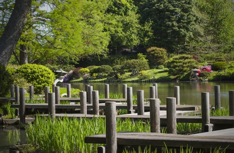 Chemin et lac de marche au jardin japonais photos stock