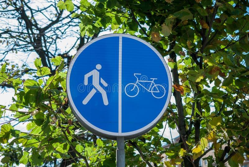 Chemin et passage couvert de vélo de panneau routier images stock