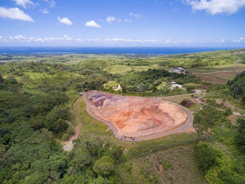 CHEMIN GRENIER, MAURICIO - 29 DE NOVIEMBRE DE 2015: 23 coloreó la tierra en DES Couleurs de Vallee en Mauricio Parque nacional imagen de archivo