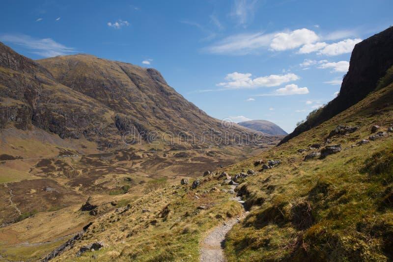 Chemin jusqu'aux montagnes de Glencoe Ecosse R-U en montagnes écossaises au printemps image libre de droits
