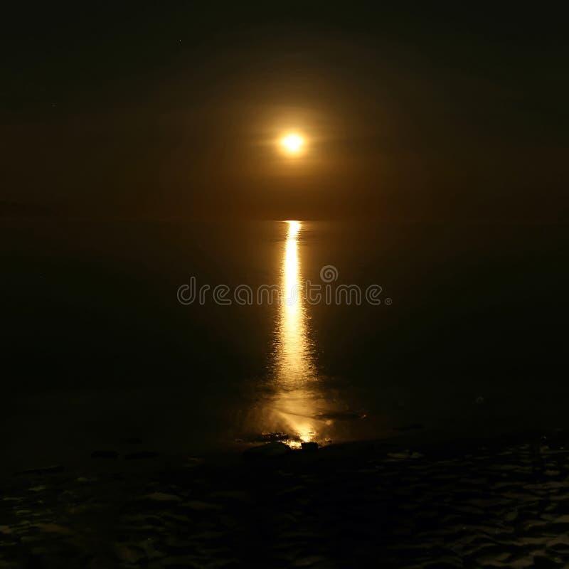 chemin lunaire réfléchissant sur l'eau images stock