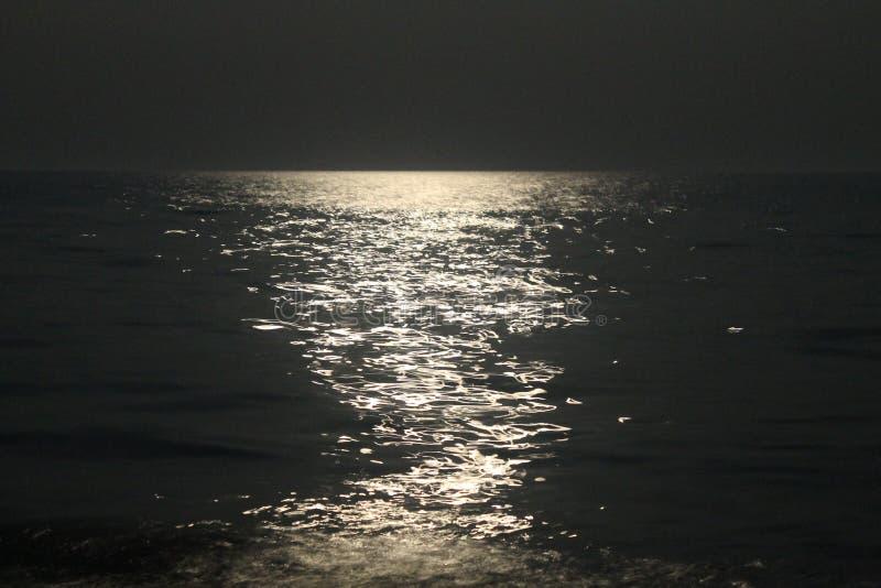 Chemin lunaire sur la mer image libre de droits