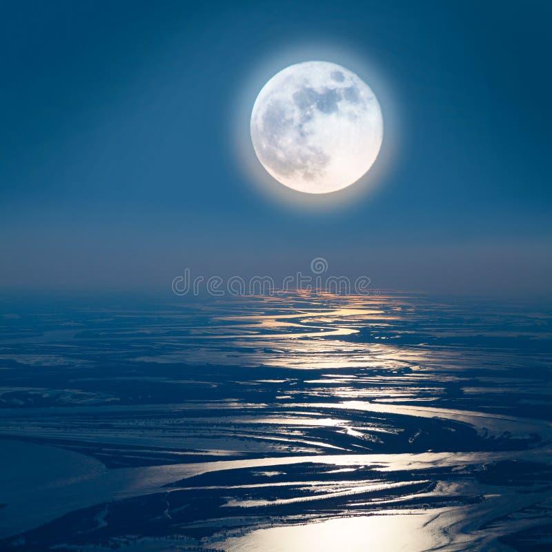 Chemin lunaire sur la plaine de la grande rivière, vue supérieure photo libre de droits