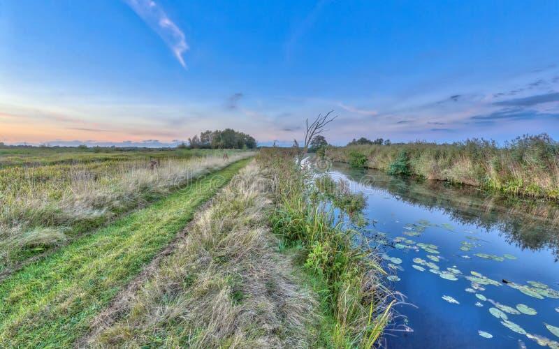 Chemin par la rivière dans Onlanden photo libre de droits