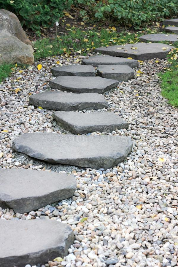 chemin pav de jardin dans un jardin photographie stock libre de droits image 23569287. Black Bedroom Furniture Sets. Home Design Ideas