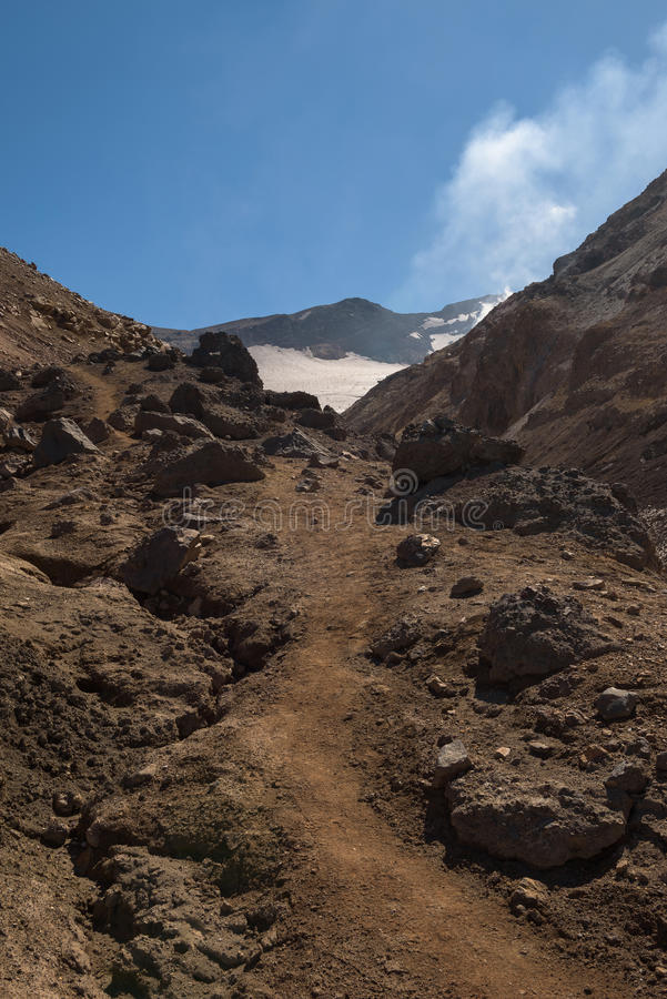 Download Chemin Rocheux Menant Dans Le Cratère De Volcan De Mutnovsky Photo stock - Image du rocheux, herbe: 76087344