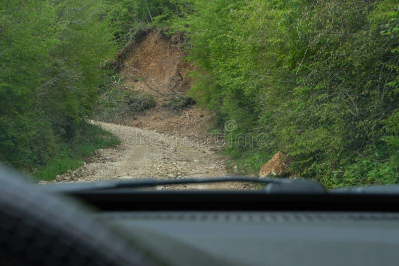 Chemin rural ? bord de vue de voiture Concept d'aventure Vue par la fenêtre arrière d'une voiture de l'intérieur de la cabine Che image stock