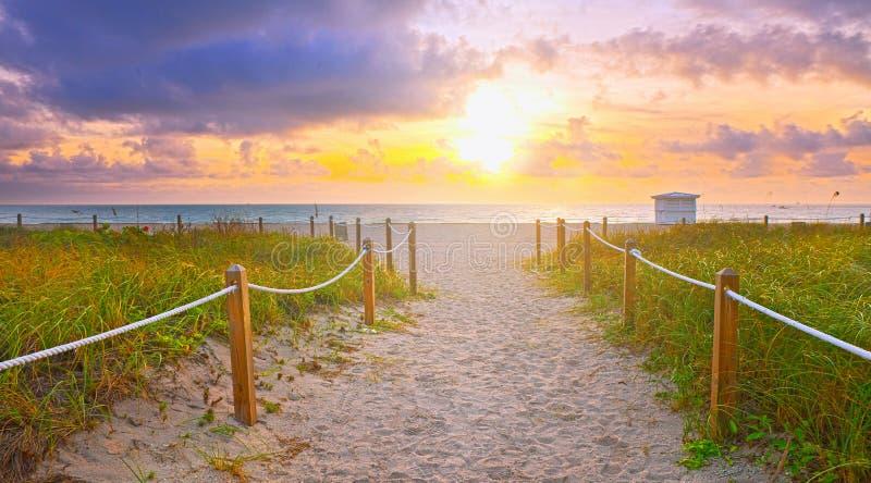 Chemin sur le sable allant à l'océan dans Miami Beach photographie stock libre de droits