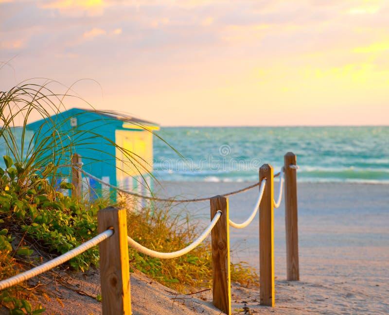 Chemin sur le sable allant à l'océan dans Miami Beach photo libre de droits