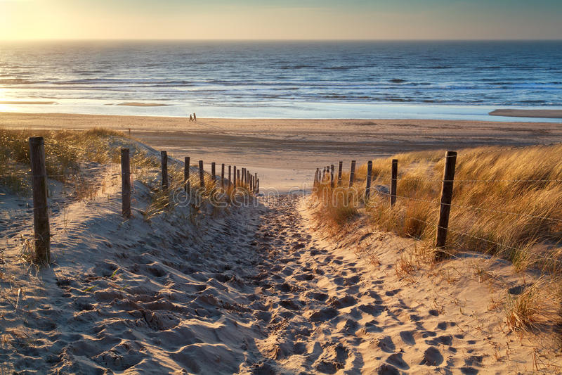 Chemin vers la mer au coucher du soleil photographie stock