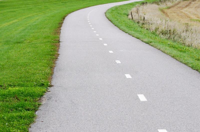 Chemin vide de vélo d'asphalte photos libres de droits