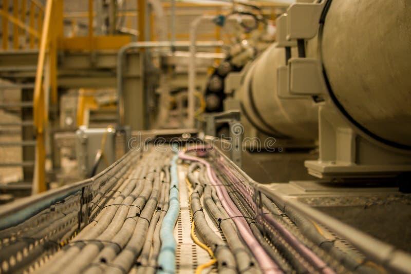 Chemins de câbles électriques avec des câbles dans un site industriel image libre de droits