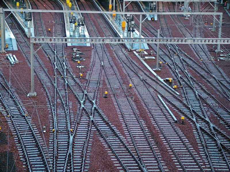 Chemins de fer de train sur la gare photos stock