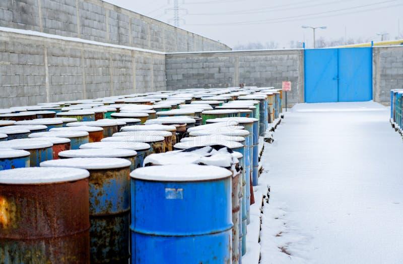 Chemische Abraumhalde mit vielen Fässern stockbilder