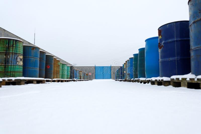 Chemische afvalstortplaats met heel wat vaten royalty-vrije stock afbeeldingen