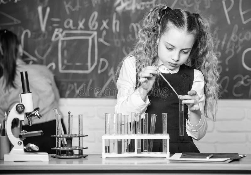 Chemische Analyse Chemische Fl?ssigkeiten der Schulsch?ler-Studie Schulchemielektion Reagenzgl?ser mit Substanzen Labor stockfotografie