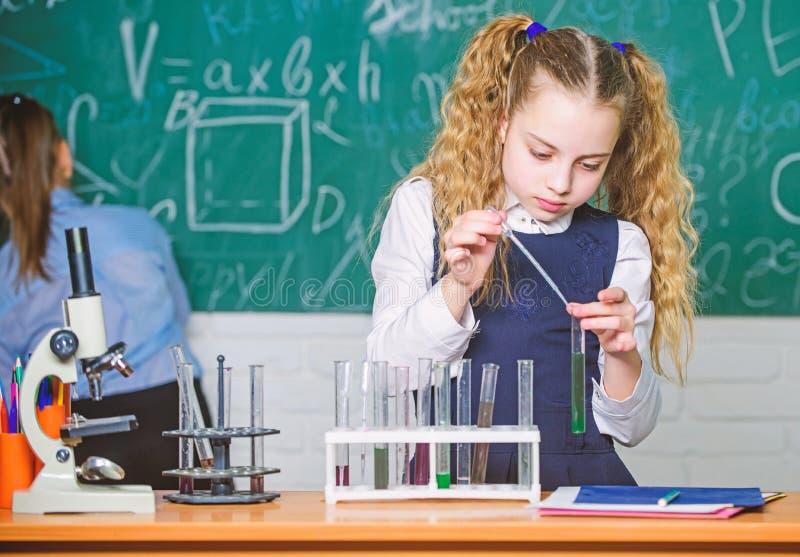 Chemische Analyse Chemische Fl?ssigkeiten der Schulsch?ler-Studie Schulchemielektion Reagenzgl?ser mit Substanzen Labor stockfotos
