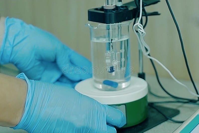 Chemische analyse in het laboratorium stock afbeelding
