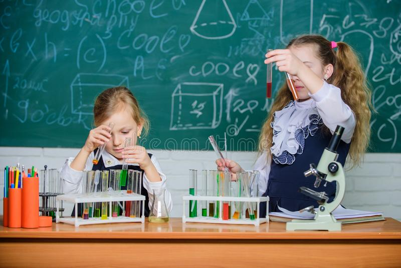 Chemische Analyse Reagenzgl?ser mit bunten Substanzen Schulausr?stung f?r Labor Mädchen auf Schulchemie lizenzfreies stockfoto