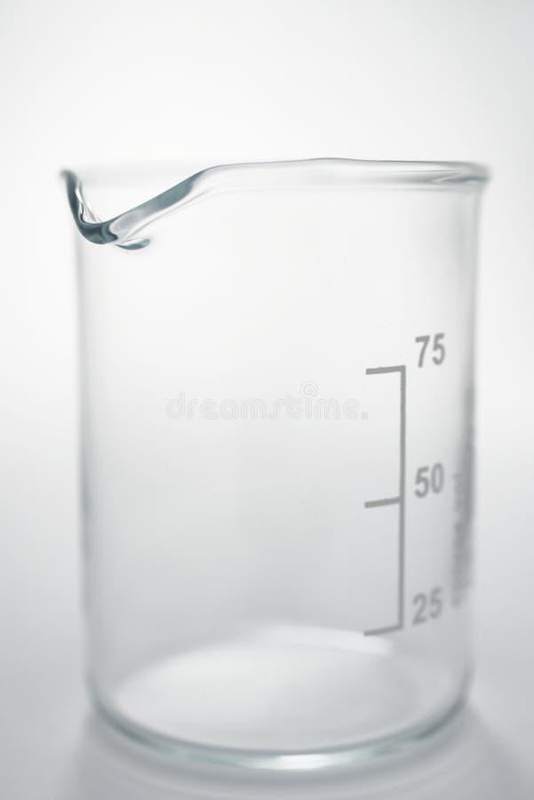 Chemische becker op wit stock afbeeldingen