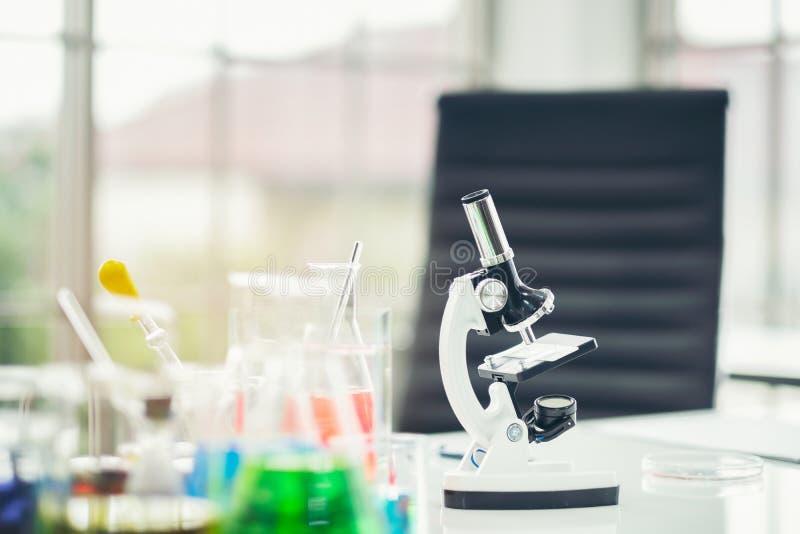 Chemische buis vastgestelde ontwikkeling en apotheek in laboratorium met multicolored substanties in Laboratoriummicroscoop stock fotografie
