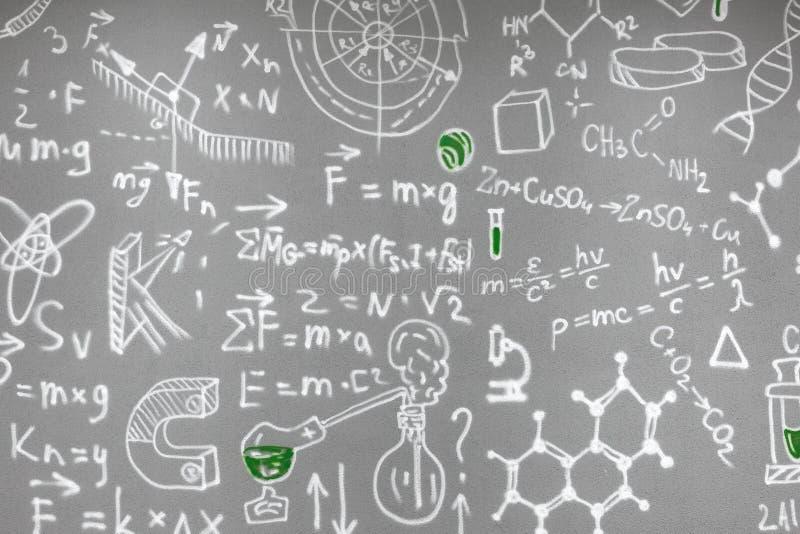Chemische die formules op de grijze muur worden getrokken stock foto's