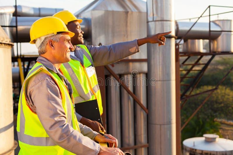 Chemische fabrieksarbeiders stock afbeeldingen