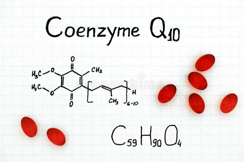 Chemische formule van Coenzyme Q10 met rode pillen royalty-vrije stock foto