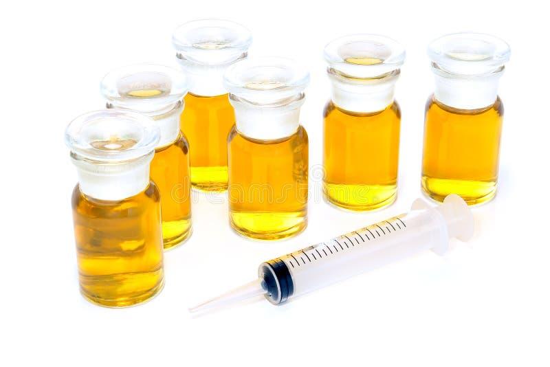 Chemische Glasflaschen und Spritze stockbild