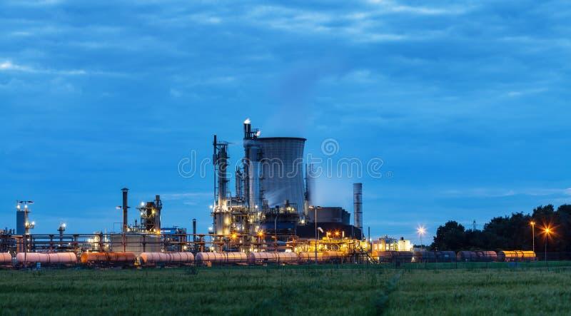 Chemische installatie in schemering stock foto's