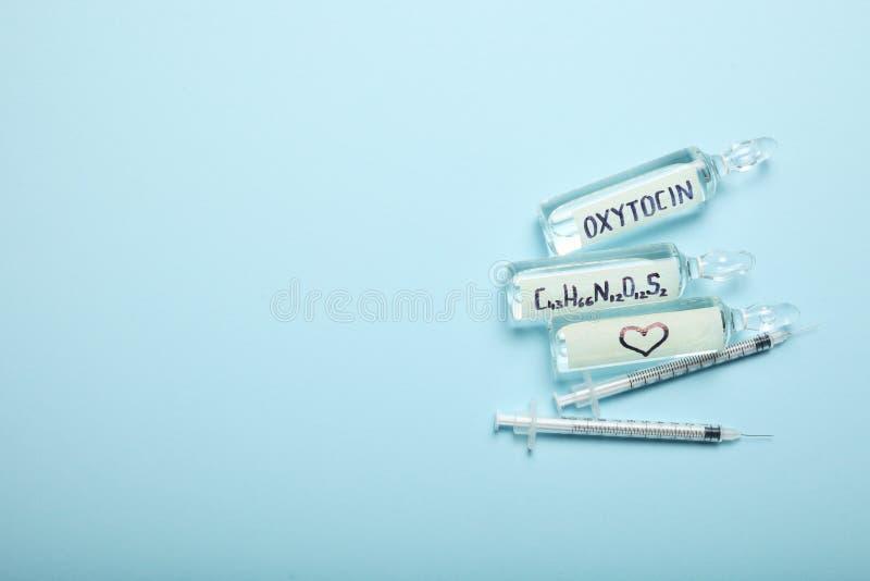 Chemische oxytocin ontdekking Liefdeanalyse, hormoon Exemplaarruimte voor tekst royalty-vrije stock foto