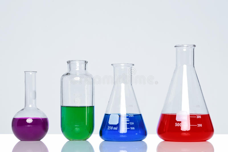 Chemische producten in glasflessen stock foto