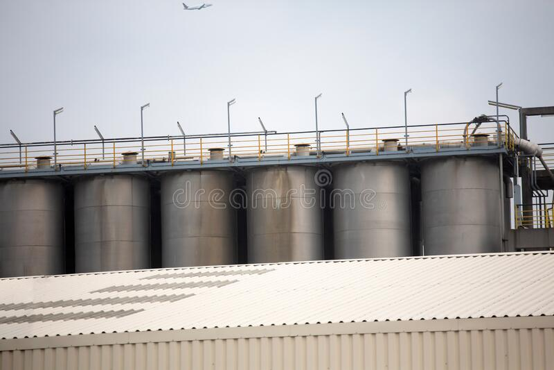 Chemische Raffinerie Aufbau der Tanks für die Lagerung und Verarbeitung von Öl April 2013 Wien, Österreich stockfotografie