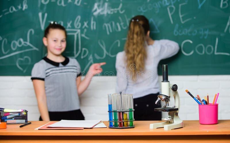 chemische reacties Maak het bestuderen van chemie het interesseren Leerling bij bord op chemieles Onderwijsexperiment stock afbeeldingen