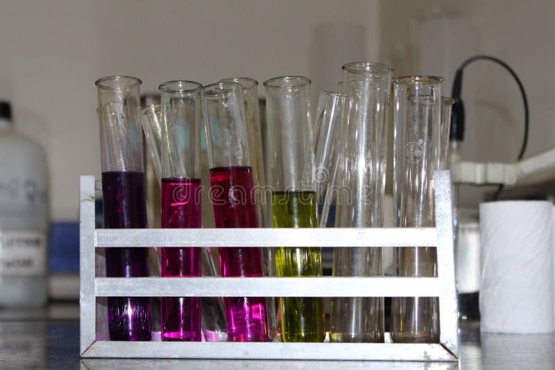 Chemische Reagenzgläser stockfotos