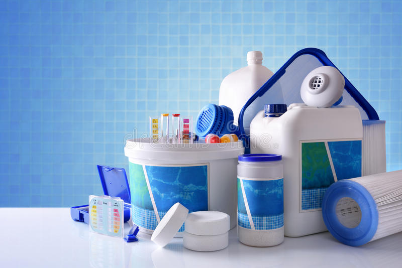 Chemische schoonmakende producten voor pool met blauwe mozaïekachtergrond royalty-vrije stock afbeeldingen