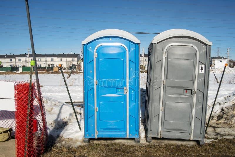 Chemische Toilette auf einer Baustelle stockbild