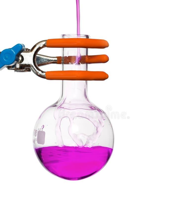 Chemischer Rundkolben auf einem Stand mit Lösung lizenzfreies stockbild